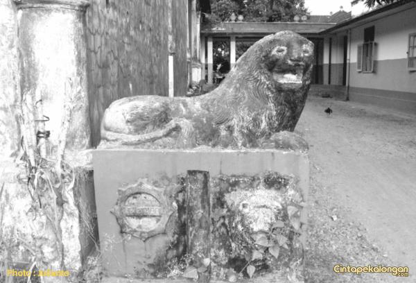 Patung Singa di Asrama Brimob Kedungwuni