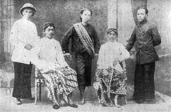 Foto Ki Hajar bersama kawan seperjuangan