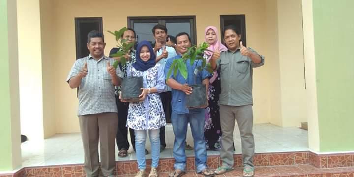 Foto calon pengantin menyerahkan bibit tanaman ke PemDes Wuled