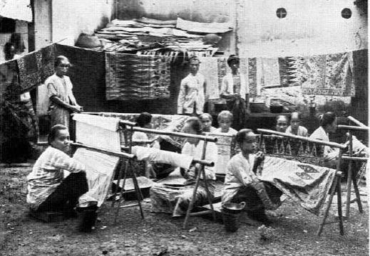 Para Pembatik di Tempat Produksi Oey Soe Tjoen