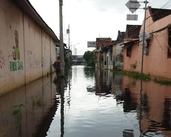 Banjir Rob di Jalan Surabaya