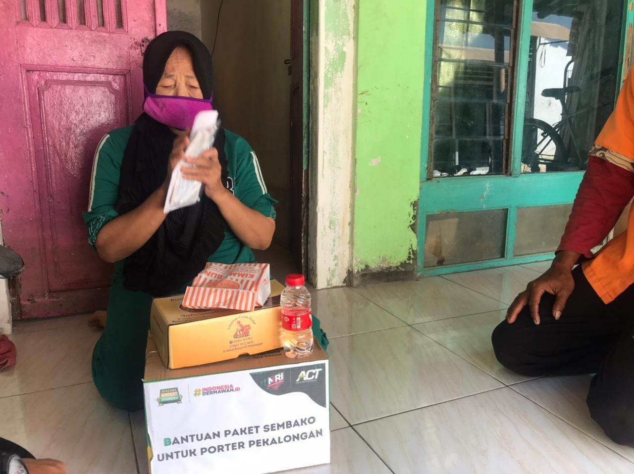 Penerimaan Bantuan Paket Pangan dan uang santunan kepada keluarga porter stasiun Pekalongan