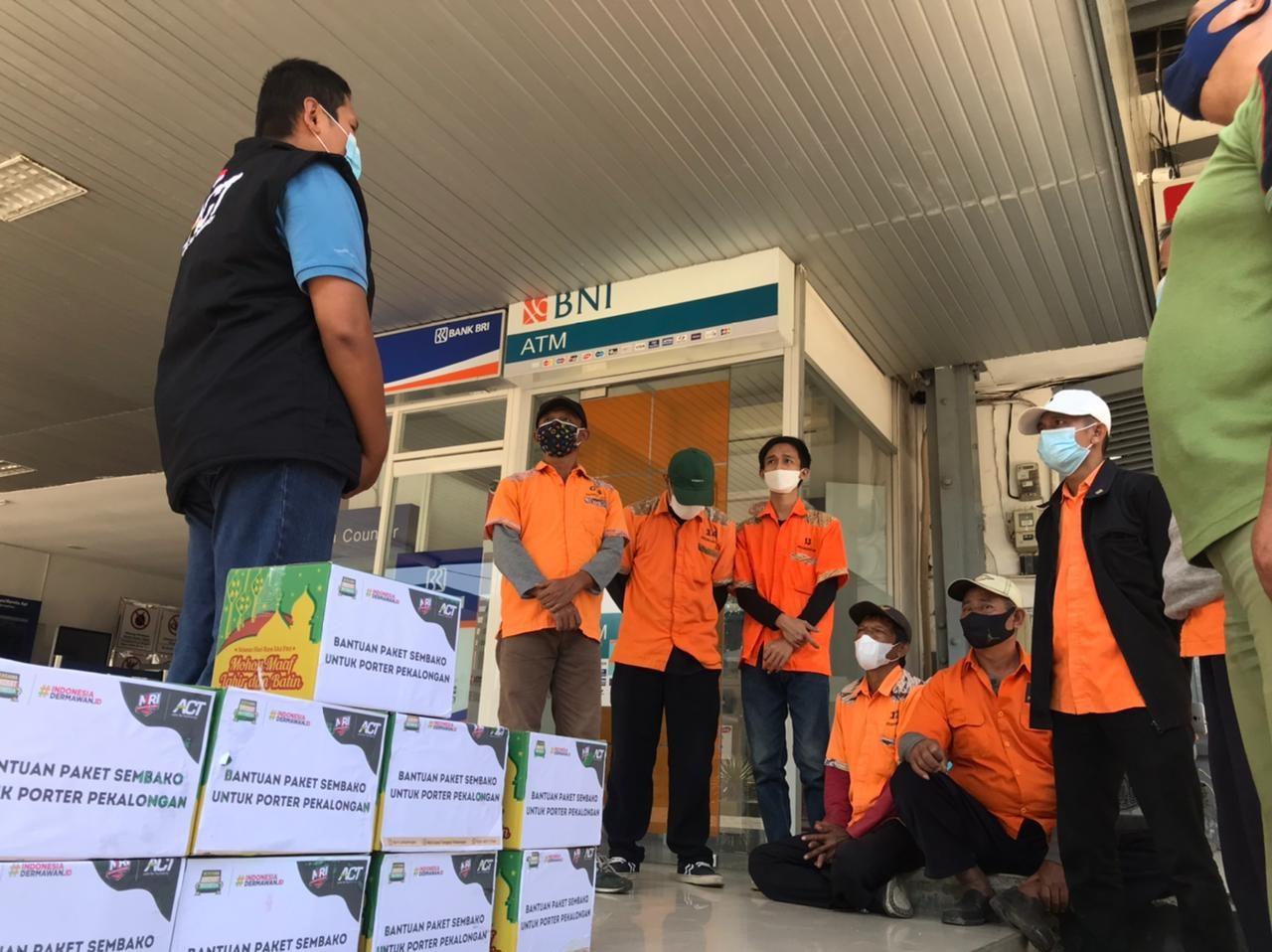 Penerimaan Bantuan Paket Pangan dan uang santunan kepada porter stasiun Pekalongan