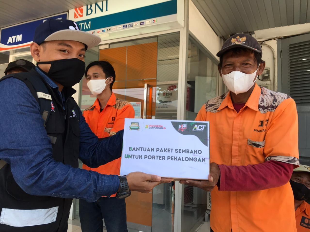 Penerimaan Bantuan Paket Pangan kepada porter Pekalongan